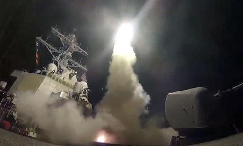 Tàu khu trục Mỹ phóng tên lửa hành trình vào Syria ngày 7/4/2017. Ảnh: Hải quân Mỹ.