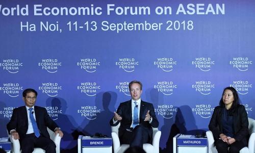 Thứ trưởng Ngoại giao Bùi Thanh Sơn, trái, và Chủ tịch điều hành WEF Borge Brende, giữa, trong họp báo chiều nay. Ảnh: Giang Huy.