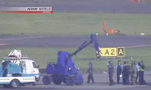 Cảnh sát kiểm tra vật thể bị nghi là bom tại sân bay Narita, Nhật Bản hôm nay. Ảnh: NHK.