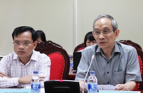 Nhà giáo Nguyễn Xuân Khang (phải) đề xuất thành lập Trung tâm Khảo thí và Kiểm định chất lượng độc lập. Ảnh: Thùy Linh