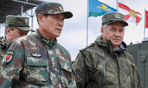 Bộ trưởng Shoigu (phải) và tướng Wei tại thao trường Tsugol. Ảnh: TASS.