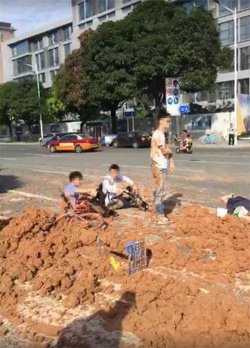 Số bùn đất hất bay một số người đi đường đang đợi đèn tín hiệu. Ảnh: Ifeng.