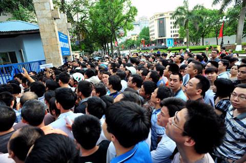 Phụ huynh chen chân mua hồ sơ cho con vào trường Thực nghiệm (Ba Đình, Hà Nội) năm 2012. Ảnh: Hoàng Hà