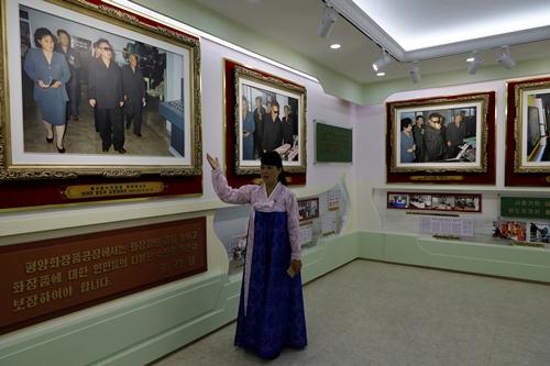 Hướng dẫn viên tại nhà máy mỹ phẩm giới thiệu về các chuyến thị sát của các lãnh đạo Triều Tiên tại đây. Ảnh: Reuters.