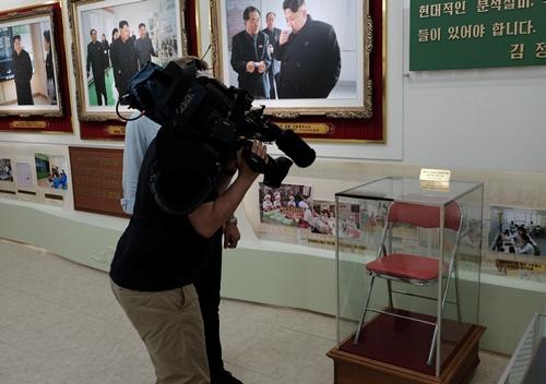 Chiếc ghế Kim Jong-un từng ngồi được trưng bày tại nhà máy mỹ phẩm. Ảnh: Reuters.