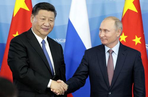 Chủ tịch Trung Quốc Tập Cận Bình (trái) bắt tay Tổng thống Nga Vladimir Putin bên lề Diễn đàn Kinh tế phương Đông ở Vladivostok hôm 11/9. Ảnh: AFP.