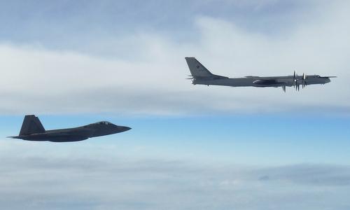 Tiêm kích F-22 bám theo chiếc Tu-95MS hôm 12/9. Ảnh: NORAD.