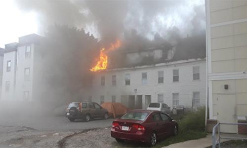 Một tòa nhà bốc cháy ở thành phố Boston hôm 13/9. Ảnh: Reuters