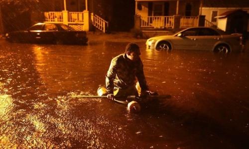 Người dân North Carolina dùng xuồng tự chế để di chuyển. Ảnh: AFP.