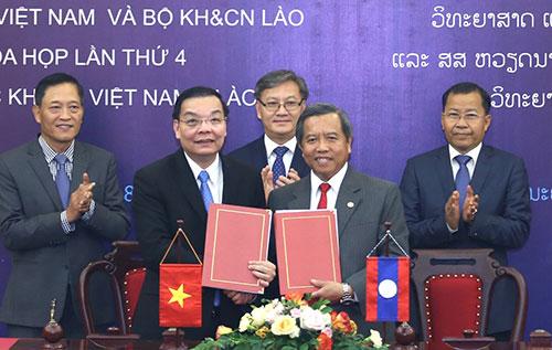 Bộ trưởng Khoa học và Công nghệ Việt Nam - Lào ký biên bản cuộc họp. Ảnh: Trung tâm truyền thông.