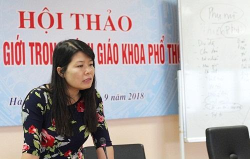Bà Trần Thị Phương Nhung, Giám đốc Sáng kiến về bình đẳng giới và giáo dục cho trẻ em gái tại Việt Nam chia sẻ tại hội thảo. Ảnh: Thùy Linh