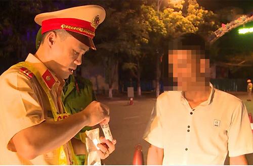 Cảnh sát kiểm tra chất ma túy với người tham gia giao thông ở Hà Tĩnh. Ảnh: Đ.H