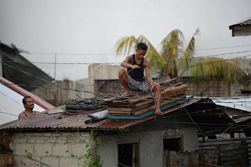 Người dân ở thành phố Tuguegarao, Cagayan, Philippines, gia cố nhà cửa ngày 14/9, trước khi bão Mangkhut đổ bộ. Ảnh: AFP
