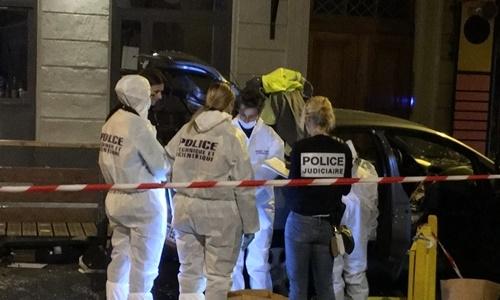 Cảnh sát có mặt tại hiện trường vụ lao xe ở Nimes, Pháp, sáng 14/9. Ảnh: Twitter.