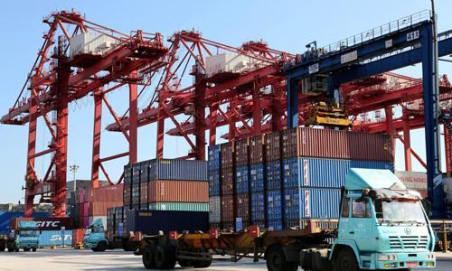 Các xe vận chuyển hàng hóa tại một bến cảng ở thành phố Liên Vân Cảng, tỉnh Giang Tô, Trung Quốc hôm 8/9. Ảnh: Reuters.