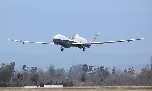 Một chiếc UAV MQ-4C Triton đang bay thử nghiệm. Ảnh: Aviationist.