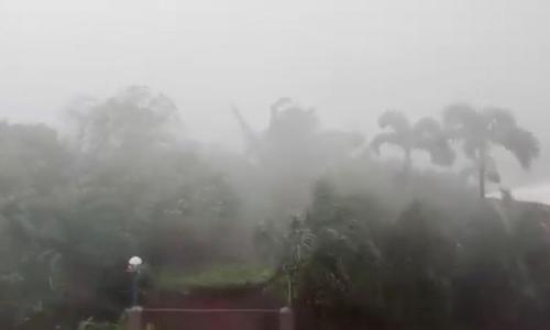 Gió và mưa lớn ở huyện Aparri, tỉnh Cagayan, Philippines, hôm qua. Ảnh: Reuters.