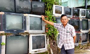 Tường rào cao 2 m bằng tivi cũ của ông lão miền Tây