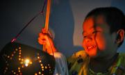 Nghệ nhân miền Tây chế lồng đèn Trung thu bằng gáo dừa