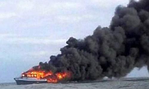Phà Fungka Permata V bốc cháy ngoài khởi tỉnh Sulawesi, Indonesia hôm 14/9. Ảnh: Sindo News.