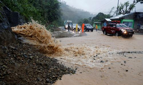 Một đoạn đường bị hư hại do bão Mangkhut trên đảo Luzon, Philippines. Ảnh: Reuters.
