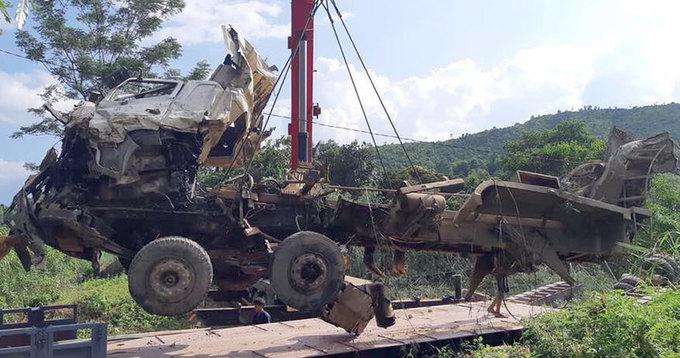 Cứu hộ hai chiếc xe bị vò nát dưới suối ở Lai Châu