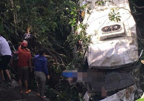 Xe khách 16 chỗ bị hư hỏng nặng sau khi bị xe bồn đâm lao xuống suối. Ảnh: Xuân Tiến