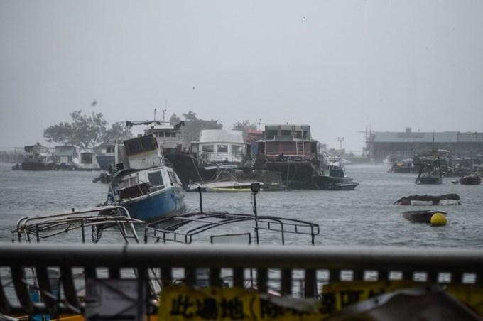 Đường ngập, xe cộ bị thổi bay khi siêu bão Mangkhut đổ vào Trung Quốc