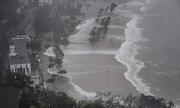 Siêu bão Mangkhut gây sóng cuồn cuộn, thổi bay nhà ở Hong Kong
