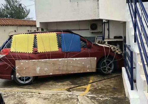 Tương tự với mẫu SUV này. Tài xế còn cẩn thận đặt thanh gỗ ngang cửa để phòng gió lớn, sức nước làm bật cánh cửa.