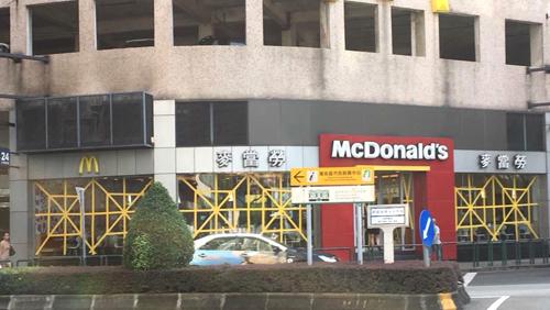 Một cửa hàng McDonalds chằng cửa kính như trang trí.