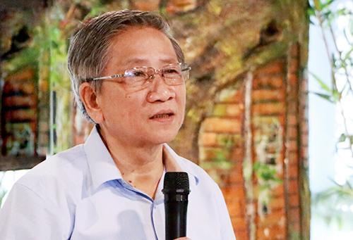 GS Nguyễn Minh Thuyết trao đổi về chương trình giáo dục phổ thông mới. Ảnh: Đình Tuệ.