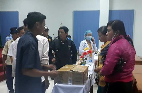 Người thân mang thi thể hai bé sơ sinh đến phản ứng tại Bệnh viện đa khoa tỉnh Vĩnh Long. Ảnh: Vĩnh Nam