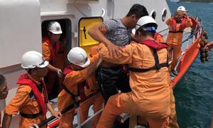 Cứu 10 thuyền viên bị ngộ độc trên biển