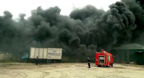 Biển khói lửa bao trùm toàn bộ diện tích rộng hơn 1000m2 của doanh nghiệp tái chế nhựa phế liệu, khu công nghiệp Phối Nối, khiến lực lượng chữa cháy của Hưng Yên khó bề tiếp cận. Ảnh: CTV