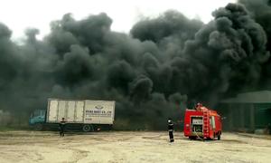 Kho nhựa tái chế ở Hưng Yên chìm trong khói lửa