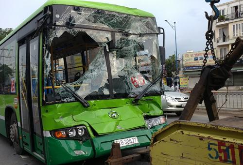 Xe buýt nát đầu sau tai nạn. Ảnh: Sơn Hòa.