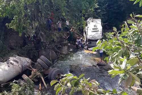 Hiện trường vụ tai nạn hai xe bồn và xe khách lao xuống suối. Ảnh: Xuân Tiến