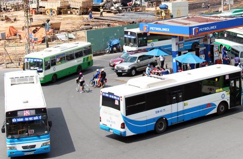 Việc đầu tư hệ thống xe buýt nhỏ nhằm thu hút thêm người dân sử dụng loại hình vận tải công cộng, giảm xe cá nhân. Ảnh: Hữu Nguyên