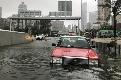 Taxi mắc kẹt ở đoạn đường ngập nước tại Hong Kong trong siêu bão Mangkhut hôm 16/9. Ảnh: AFP