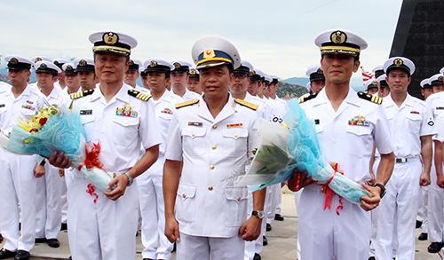 Hải quân Việt Nam tặng hoa, chào mừng đoàn khách đến Việt Nam. Ảnh: An Phước
