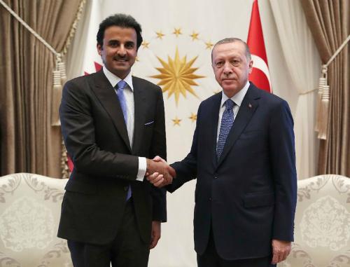 Vua Qatar Tamim bin Hamad Al-Thani (trái) và Tổng thống Thổ Nhĩ Kỳ Recep Tayyip Erdogan tại Ankara hồi tháng trước. Ảnh: AFP.