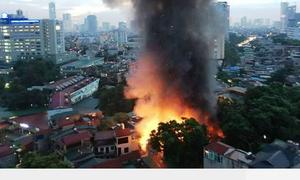 Cháy nhiều cửa hàng tại phố Đê La Thành, Hà Nội