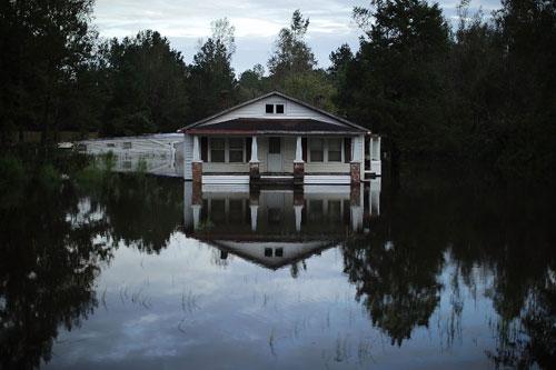 Một ngôi nhà ở Bắc Carolina, Mỹ bị vây quanh bởi nước lũ sau khi bão Florence quét qua. Ảnh: AFP.