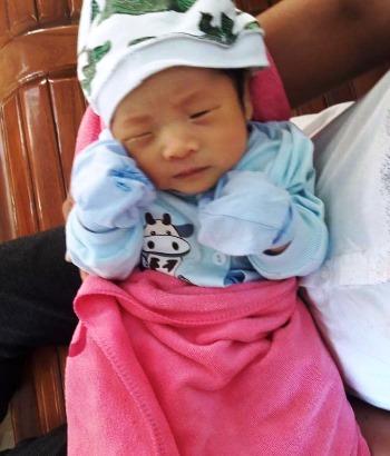 Bé trai một tháng tuổi được phát hiện trước cổng nhà dân ở Quảng Ninh. Ảnh: H.P