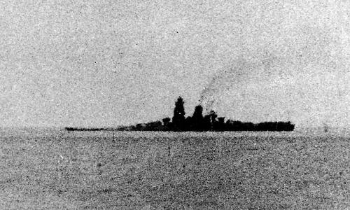 Musashi với phần mũi chìm dần sau trận đánh ở vịnh Leyte. Ảnh: Wikipedia.