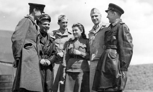 Sĩ quan Mỹ và Liên Xô gặp nhau tại Poltava đầu năm 1944. Ảnh: USAF.