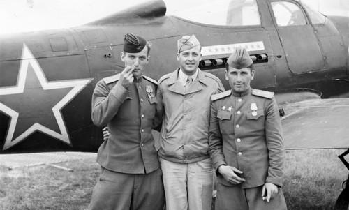 Phi công Mỹ và Liên Xô ở căn cứ Poltava tháng 6/1944. Ảnh: USAF.