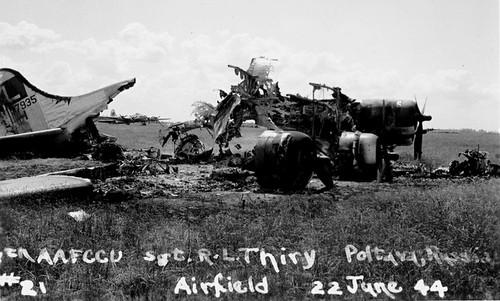 Xác máy bay Mỹ bị phá hủy sau trận không kích rạng sáng 22/6. Ảnh: USAF.
