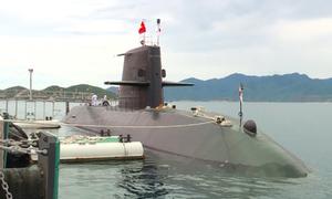 Tàu ngầm Nhật Bản cập cảng Cam Ranh